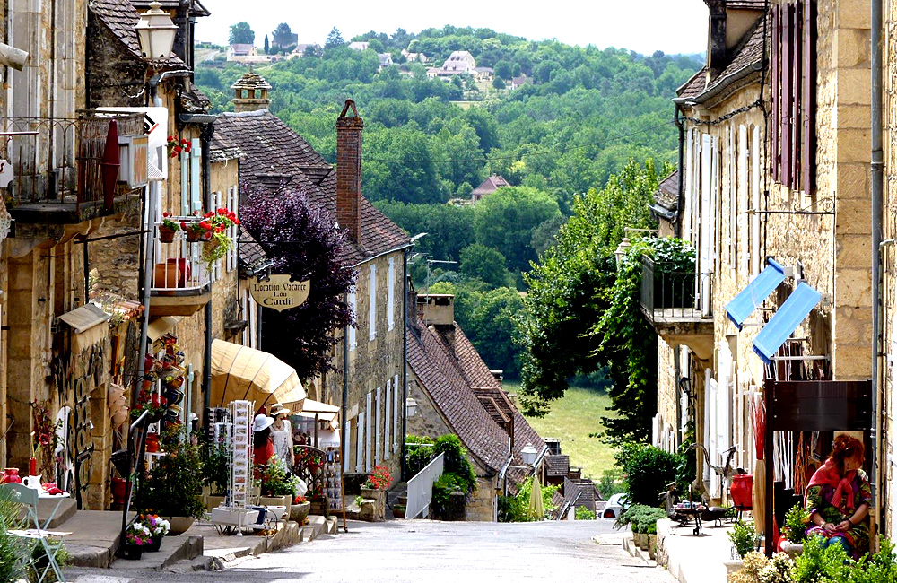 self-guided trekking in dordogne, france