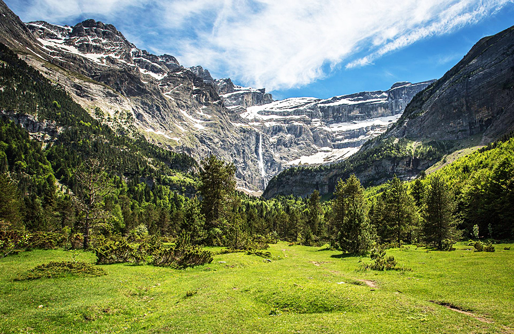 independent hiking tour in the french pyrenees