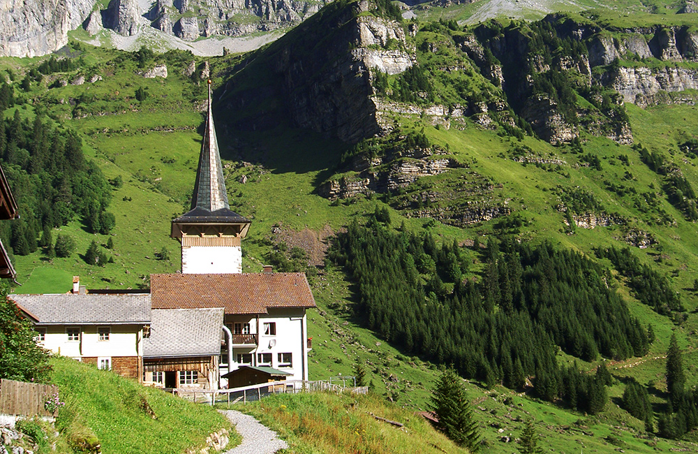 via alpina trekking in switzerland